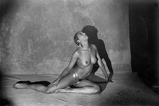 black-stereotypes-music-hall-josephine-baker-paris-may-1926
